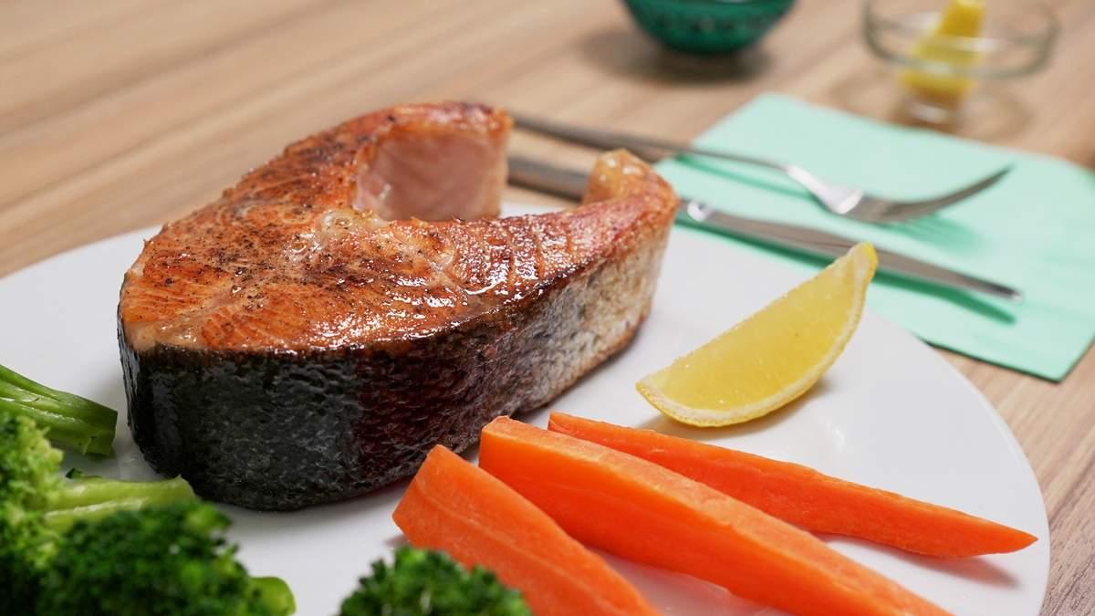 Стейк з лосося на сковорідці – рецепт з брокколі та морквою