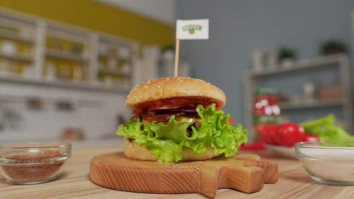 Бургер з аджикою та беконом – рецепт в домашніх умовах