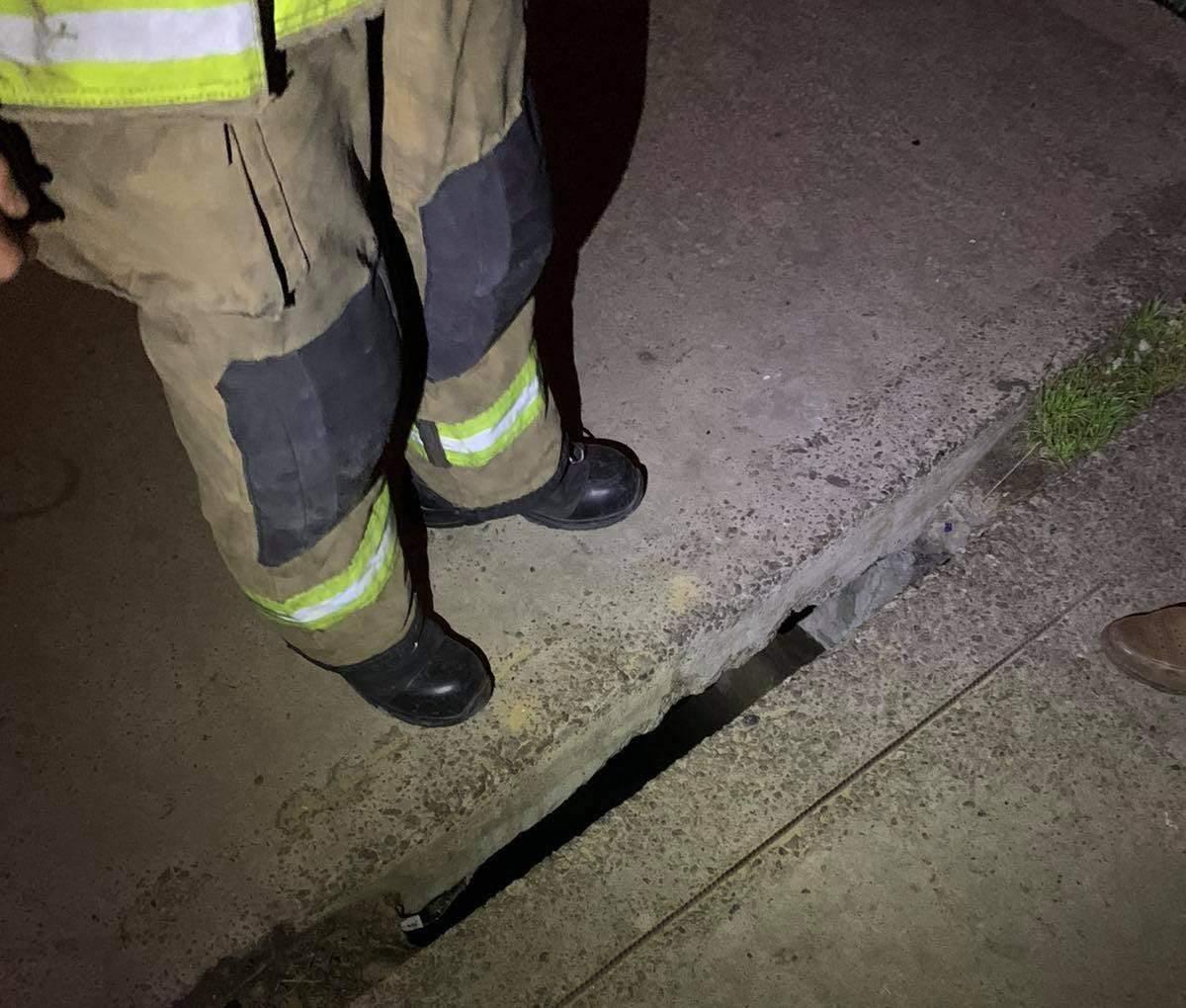 Затисло між бетонних плит: львівські рятувальники визволили ногу 11-річної дівчинки – фото