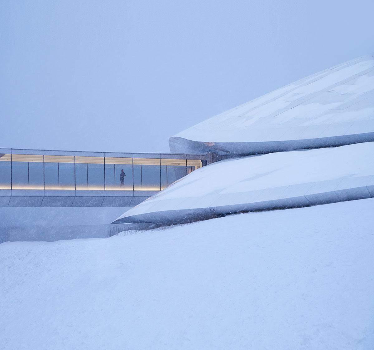 Чарівна будівля, котра немов вбудована у гірський ліс / Фото World Architecture
