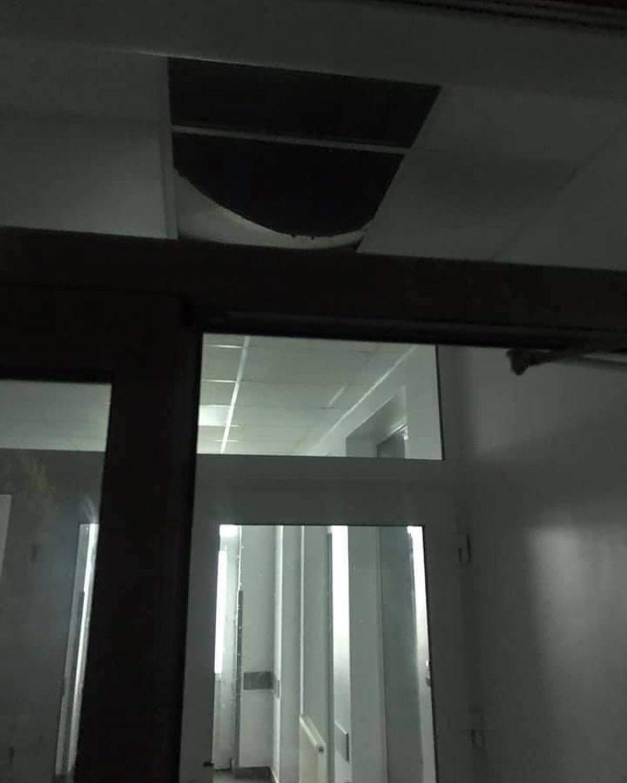Наслідки негоди у Червонограді: у новенькому приймальному відділенні лікарні впала стеля – фото