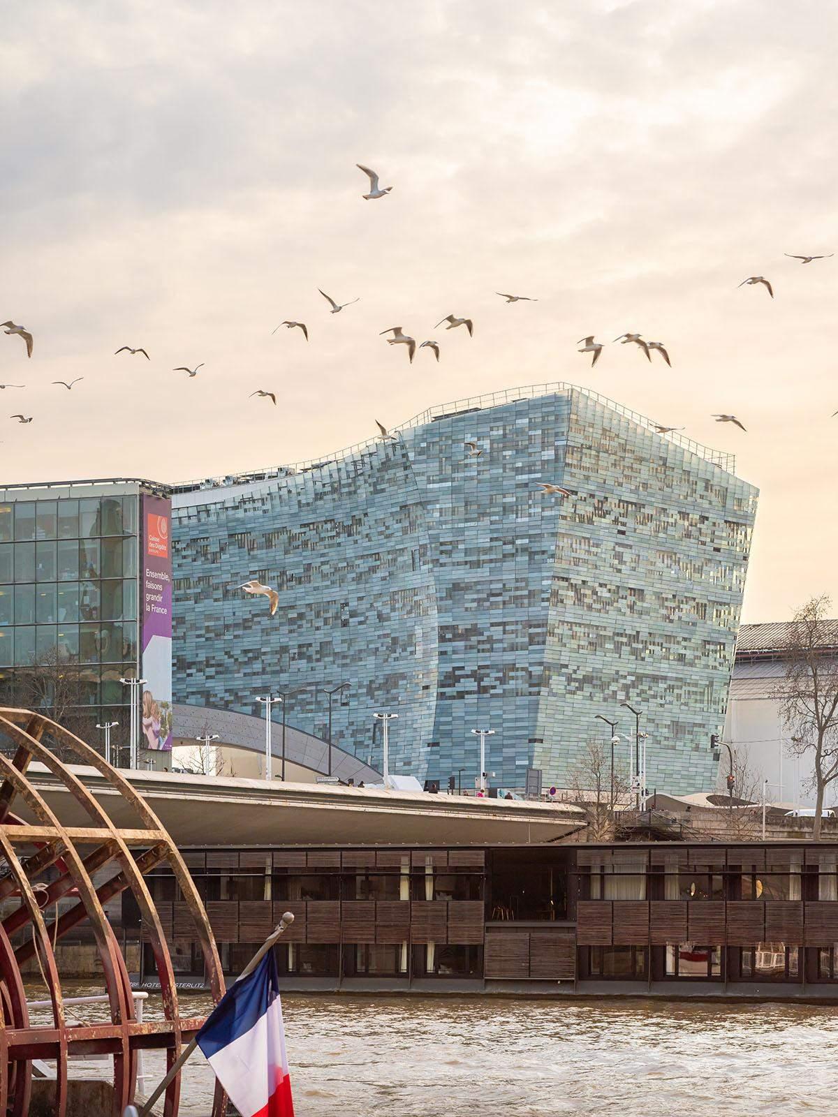 Чарівна будівля в оточені чайок / Фото World Architecture