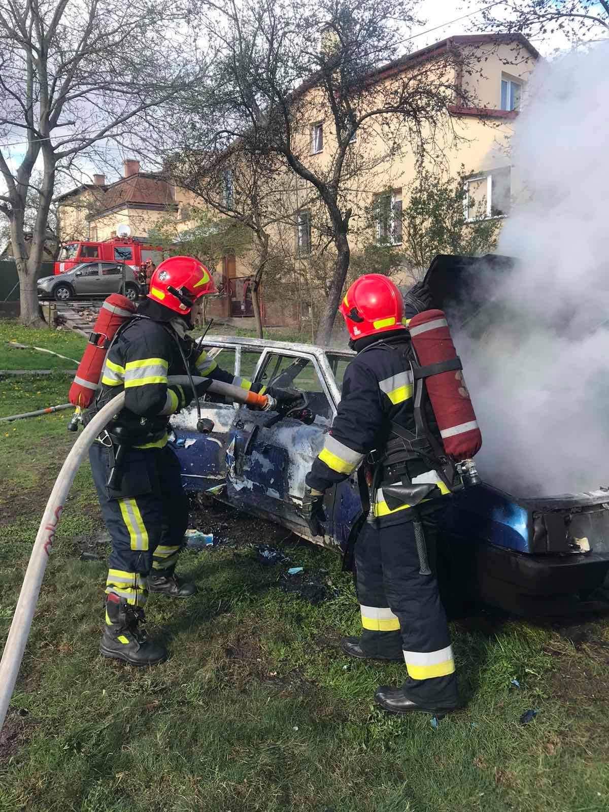 У Львові на подвір'ї будинку вщент згоріла автівка: фото згарища