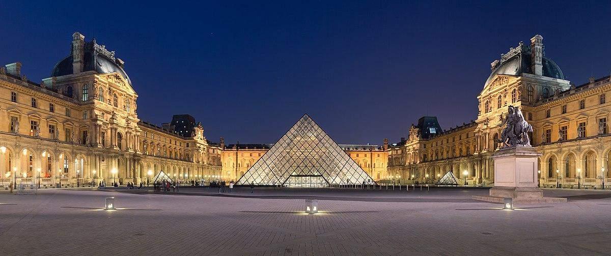 Вечірній Лувр в Парижі