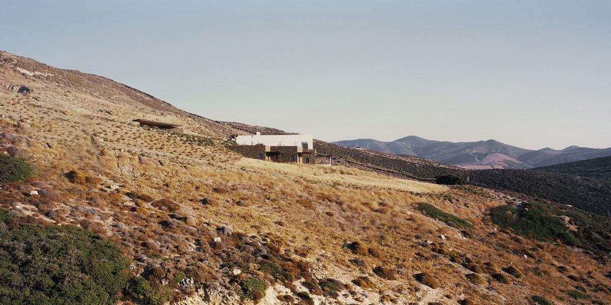 Резиденція чудово доповнила місцевий скелястий рельєф / Фото World Architecture