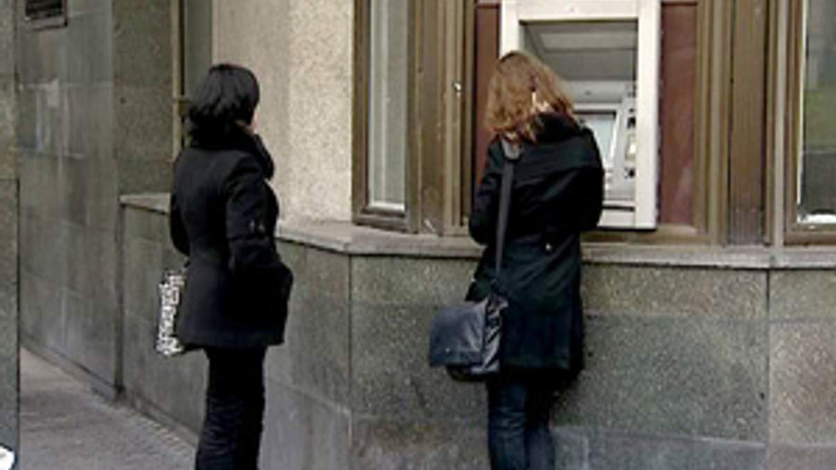 Українці у минулому році стали активніше проводити платежі через банкомати