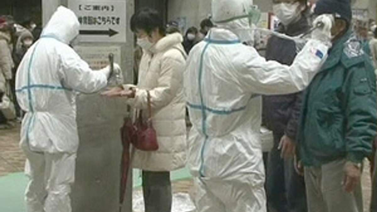 Жителей Фукусимы массово проверяют на радиацию
