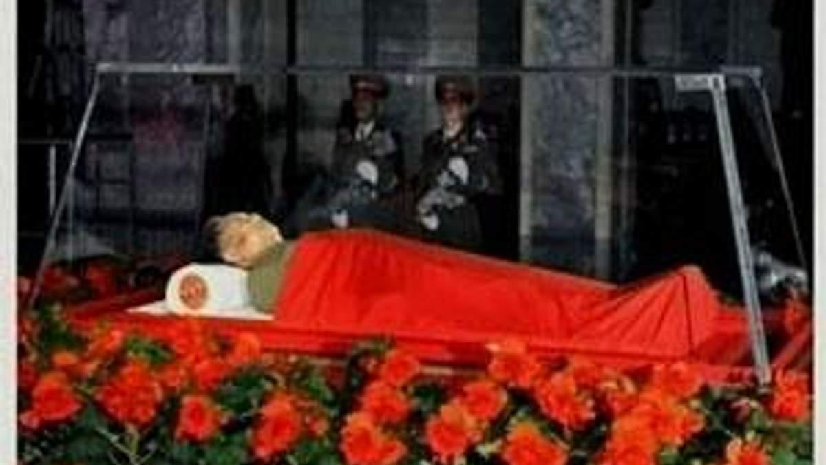 Телебачення КНДР показало тіло Кім Чен Іра в скляній труні