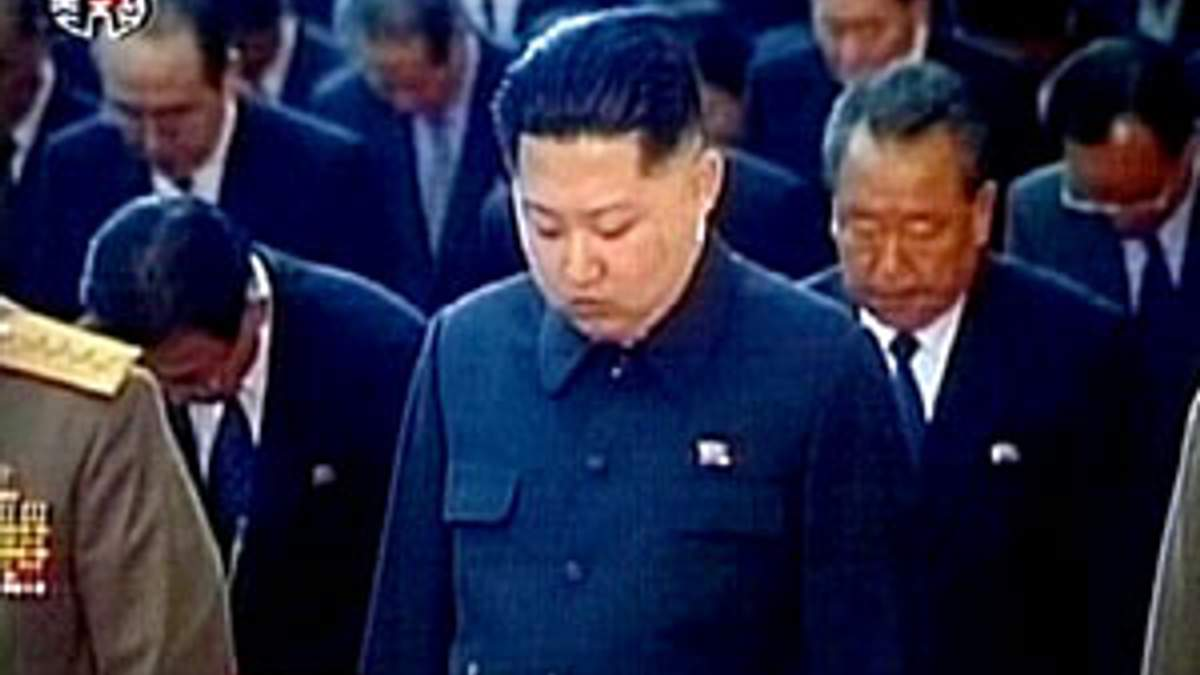 Жителей КНДР призывают защитить нового вождя