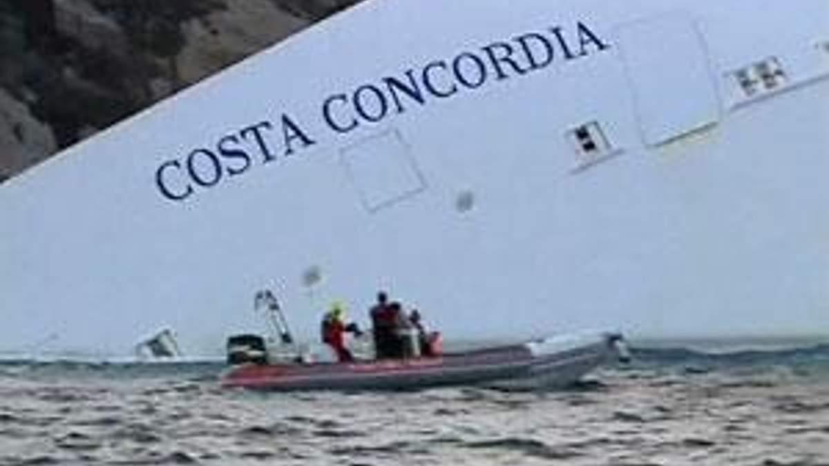 """Тисячі італійців приїжджають поглянути на затонулий лайнер """"Costa Concordia"""""""