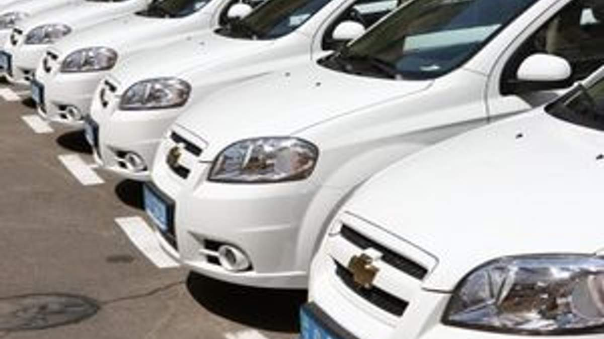 Азаров ограничил количество авто в министерствах