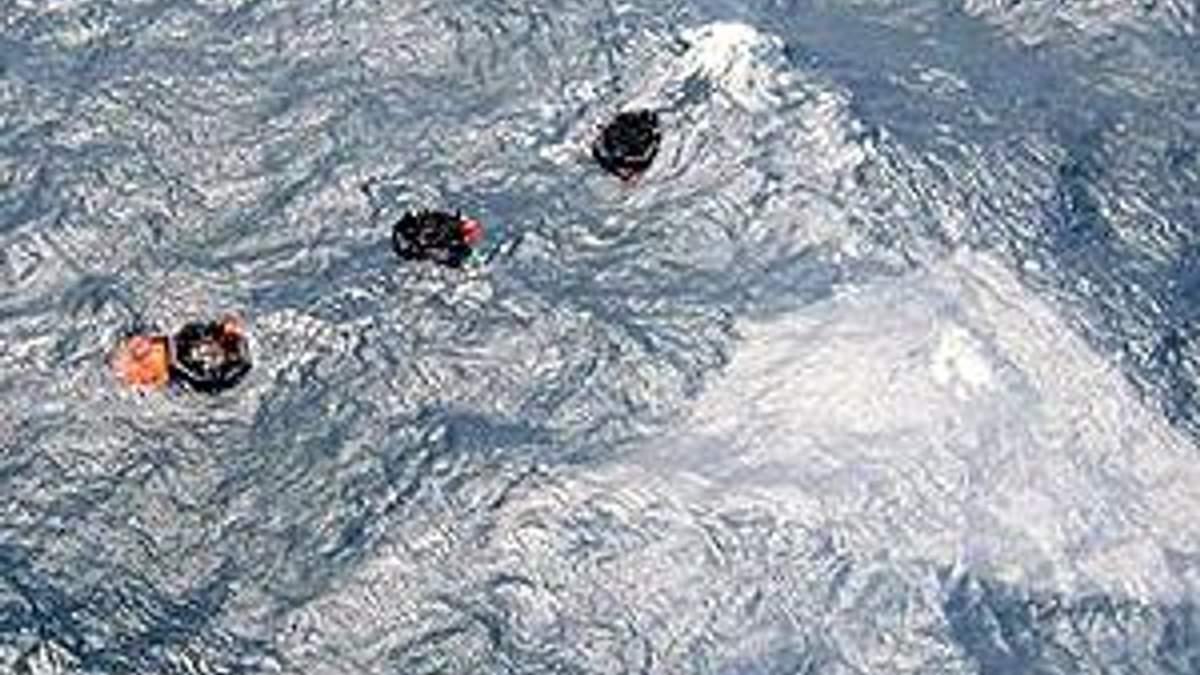 Рятувальні плоти над затонулим поромом