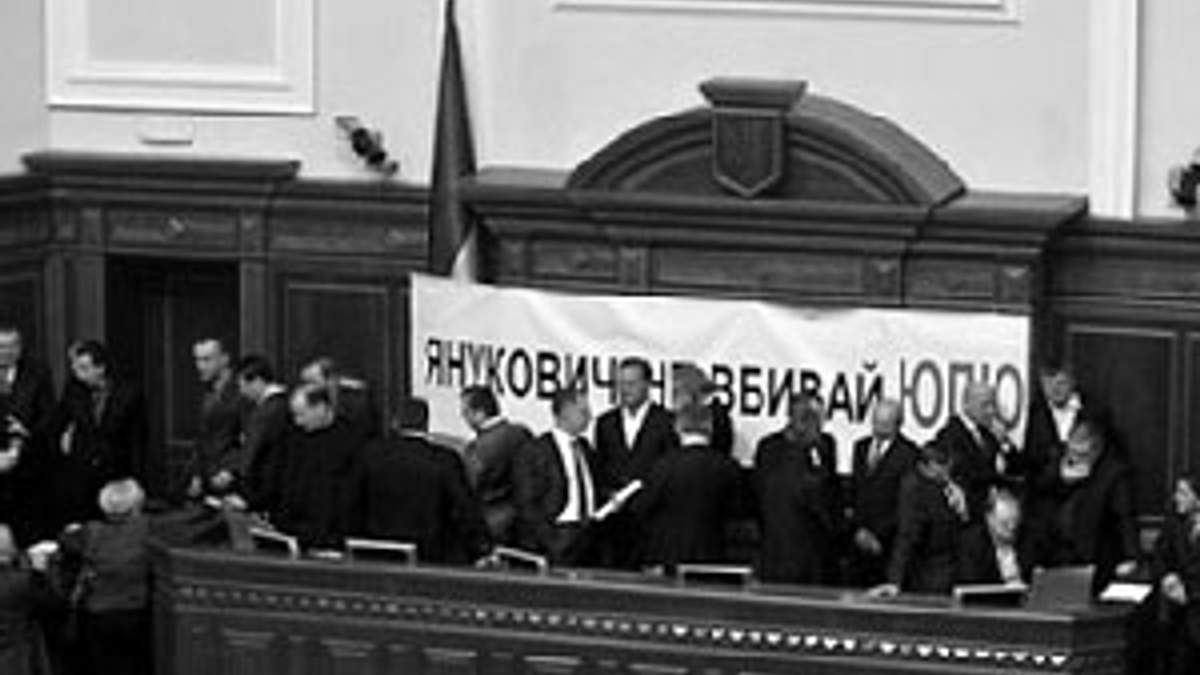 Депутаты-оппозиционеры блокируют трибуну ВР