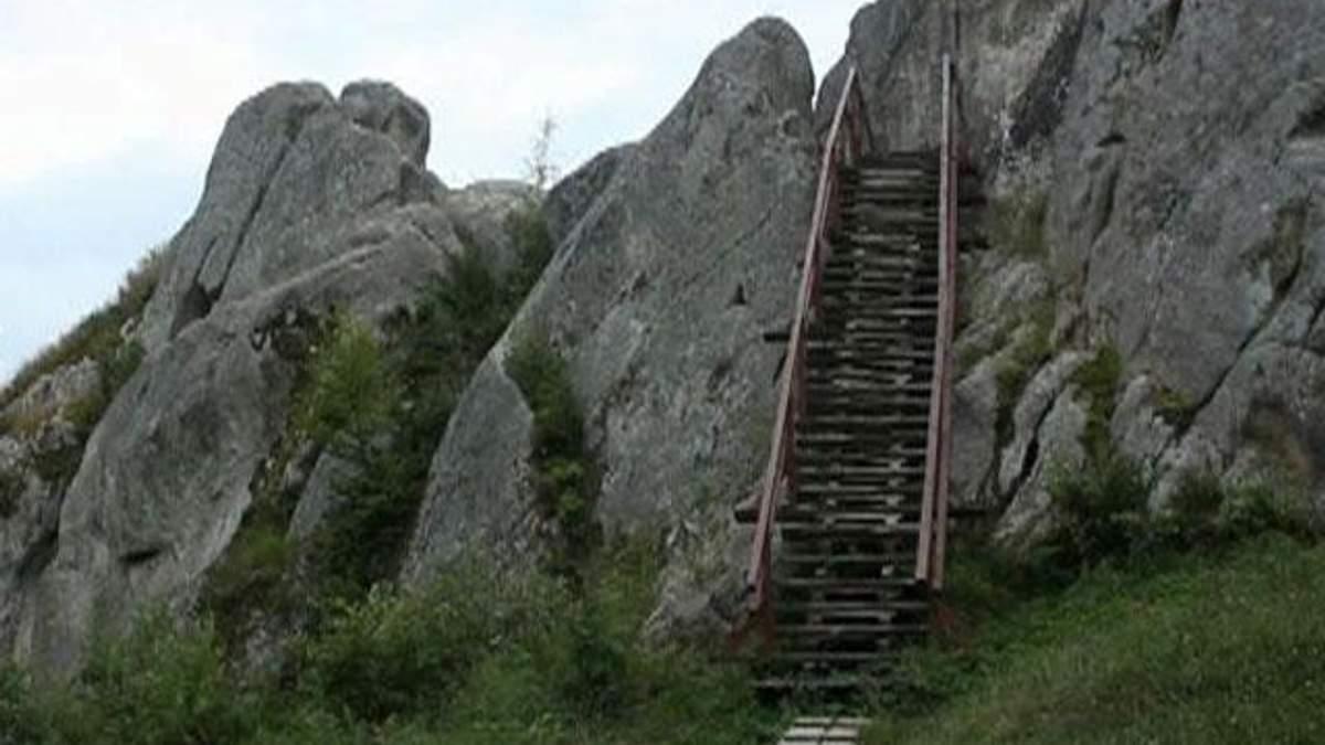 Тустань - наскельне місто-фортеця, яке немає аналогів у Європі