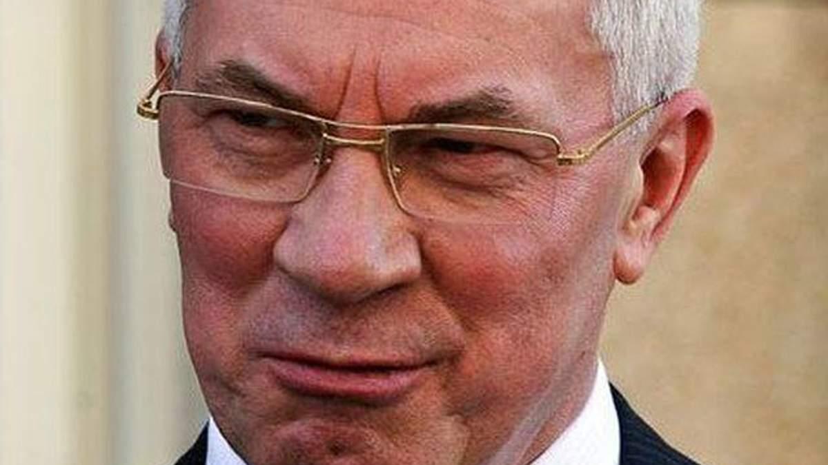 Азаров розсмішив розповідями про зарплату працівників заводу