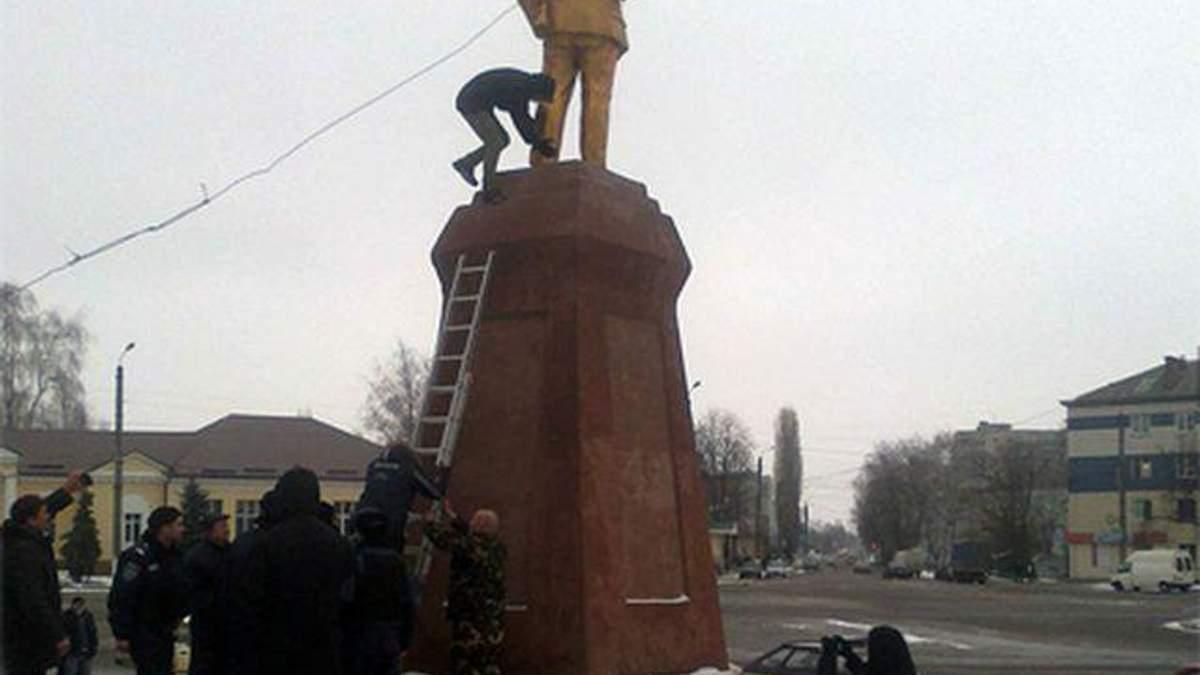 На Сумщині свободівці знесли пам'ятник Леніну (Фото)