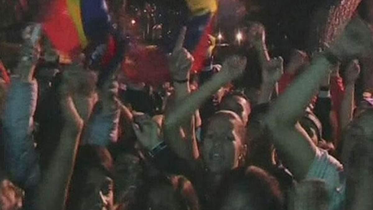 В Каракасе десятки тысяч людей все еще хотят попрощаться с Чавесом