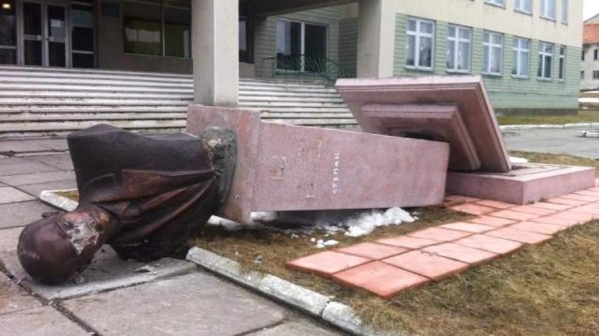 З'явилися фото зруйнованого пам'ятника Бандері на Львівщині (Фото)