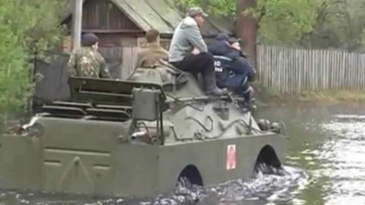 На Чернігівщині Дніпро вийшов з берегів: людей возять на БТРах та човнах (Відео. Фото)