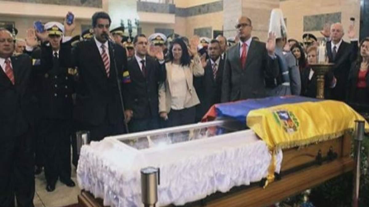 Президент Венесуели заявив, що ночує біля саркофага Уго Чавеса