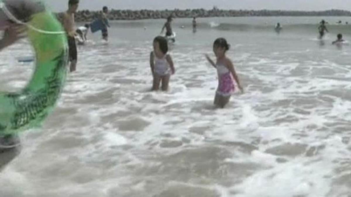"""Пляжи возле аварийной АЭС """"Фукусима-1"""" продолжают работать"""