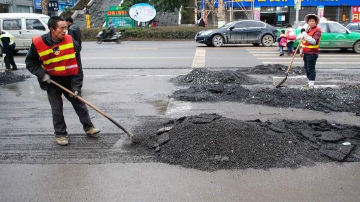 Китайці ремонтують дорогу