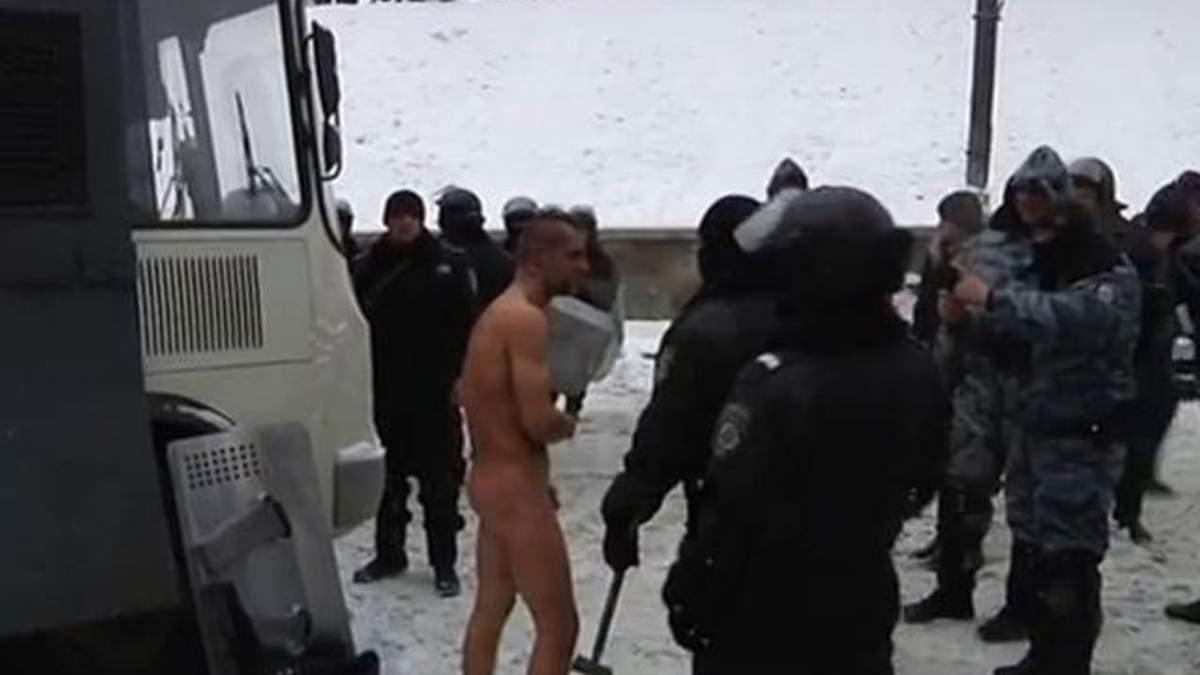 """""""Беркутовцы""""-садисты издеваются над голым активистом (Видео 18+)"""