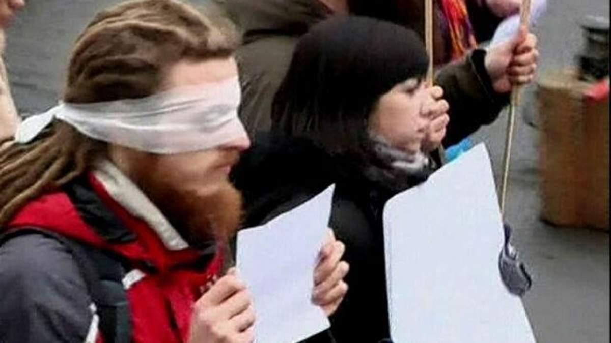 Активісти із зав'язаними очима закликали ЄС не замовчувати події в Україні