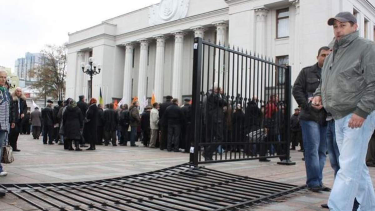 Турчинов доручив демонтувати паркан довкола Верховної Ради