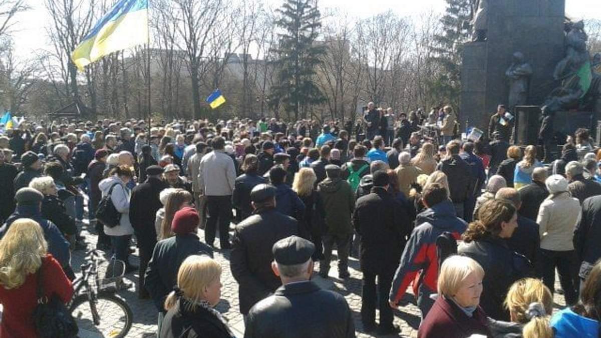 У Харкові проводять віче за єдність України, а до Леніна знову прийшли сепаратисти