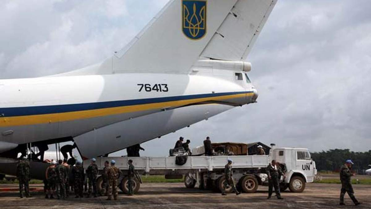Террористы сбили самолет ИЛ-76 в Луганске, военные погибли, — Минобороны