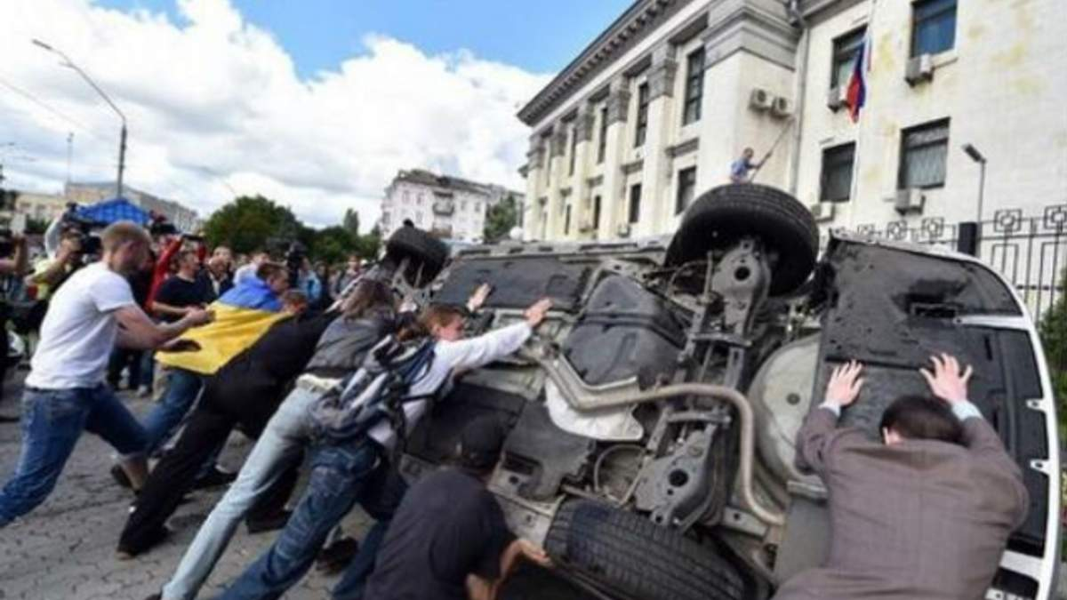 """МЗС Росії скаржиться, що на їхнє посольство у Києві напали """"фашистські молодики"""""""