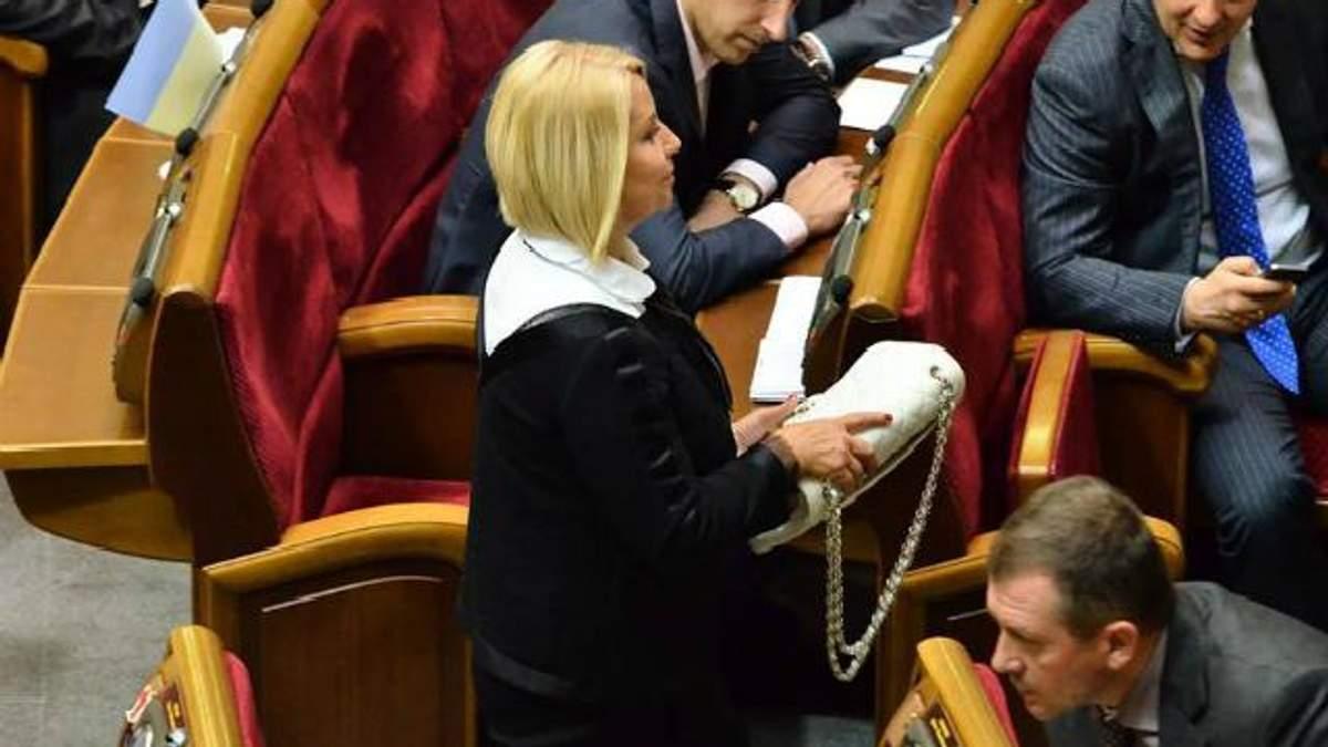 Герман у Раді віддала свою сумочку від Chanel після зауваження Геращенко щодо її ціни (Фото)