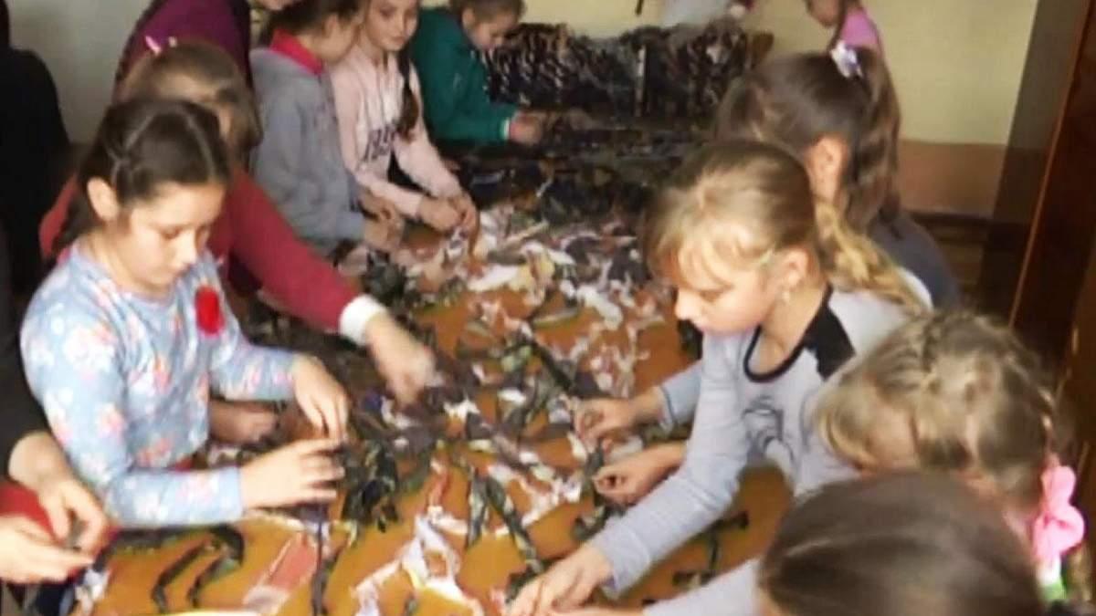 Тернопольские школьники плетут защитные сетки для солдат