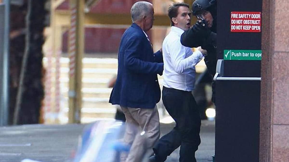 Мінімум п'ятьом заручникам вдалось втекти із захопленого кафе у Сіднеї (Відео)