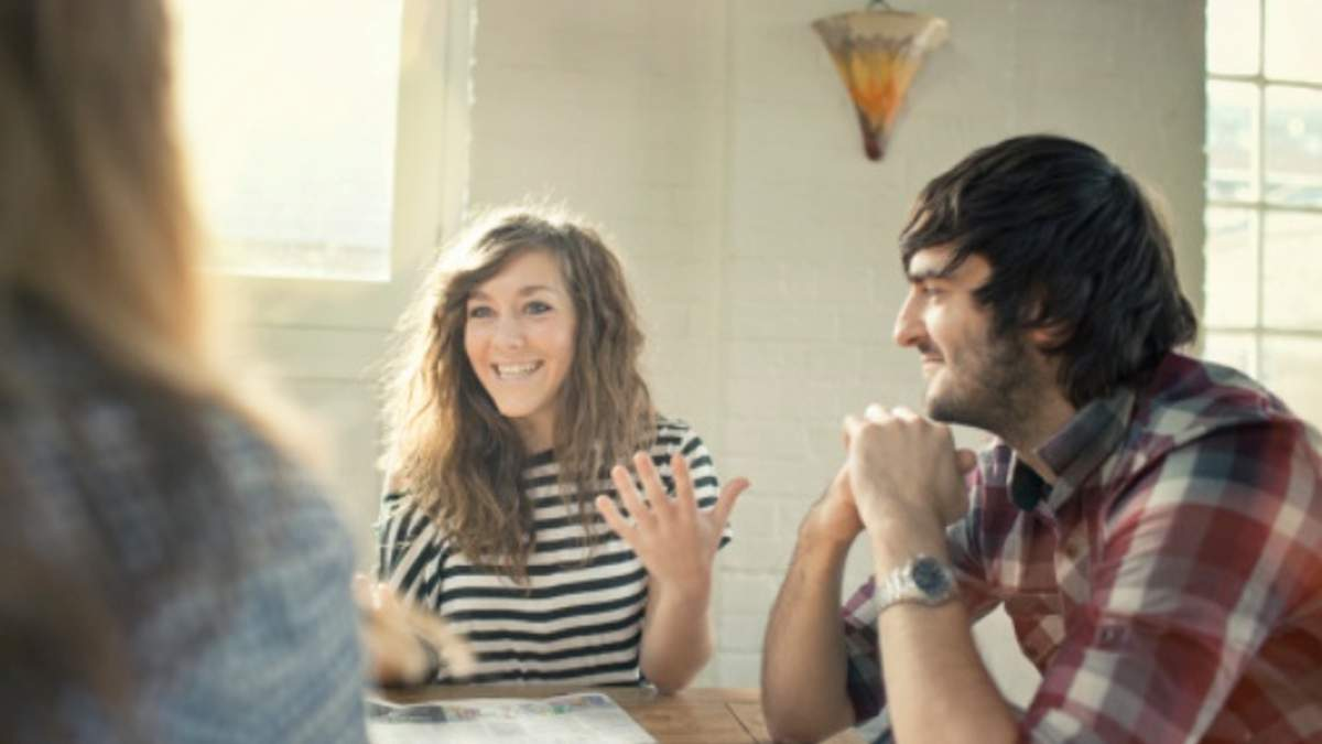 Мужчина может внимательно слушать женщину всего 6 минут, — ученые