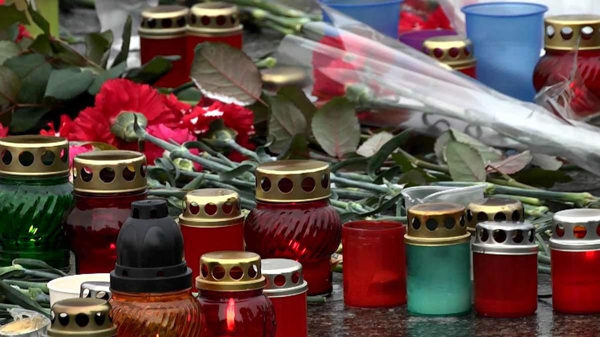 Українці вшановують пам'ять загиблих внаслідок теракту у Маріуполі