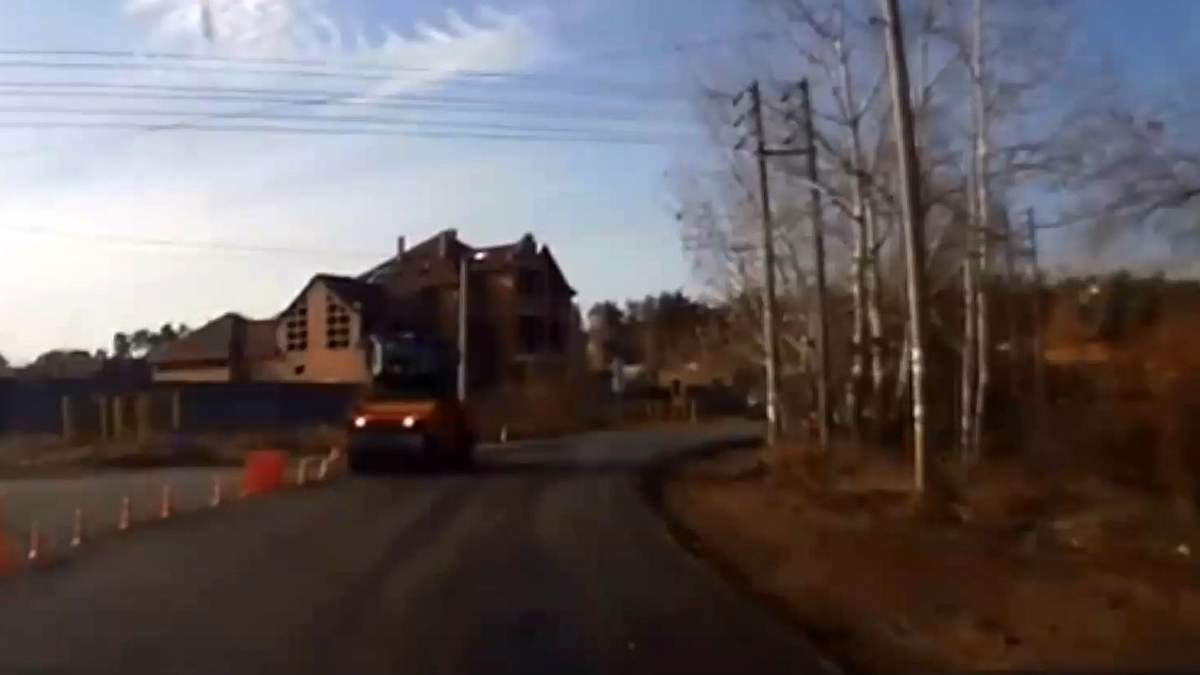 Крупним планом: Дорогу до Кончі-Заспи ремонтують за державний кошт