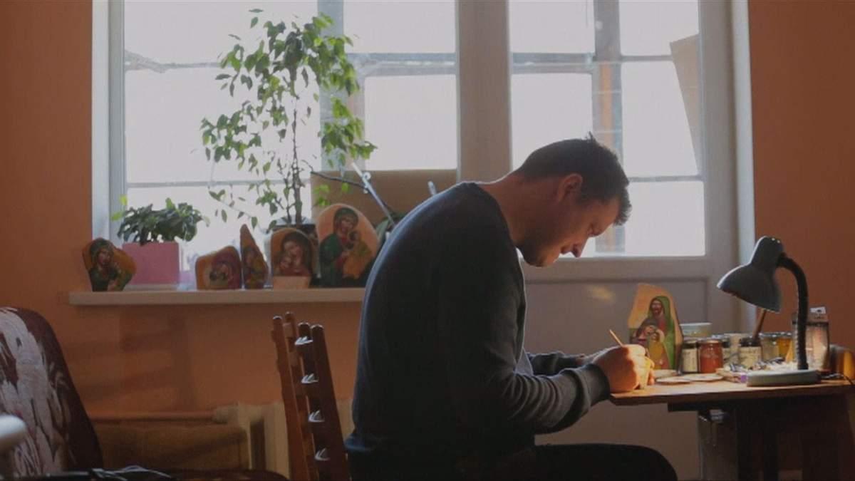 Львів'янин перетворює звичайне каміння на ікони