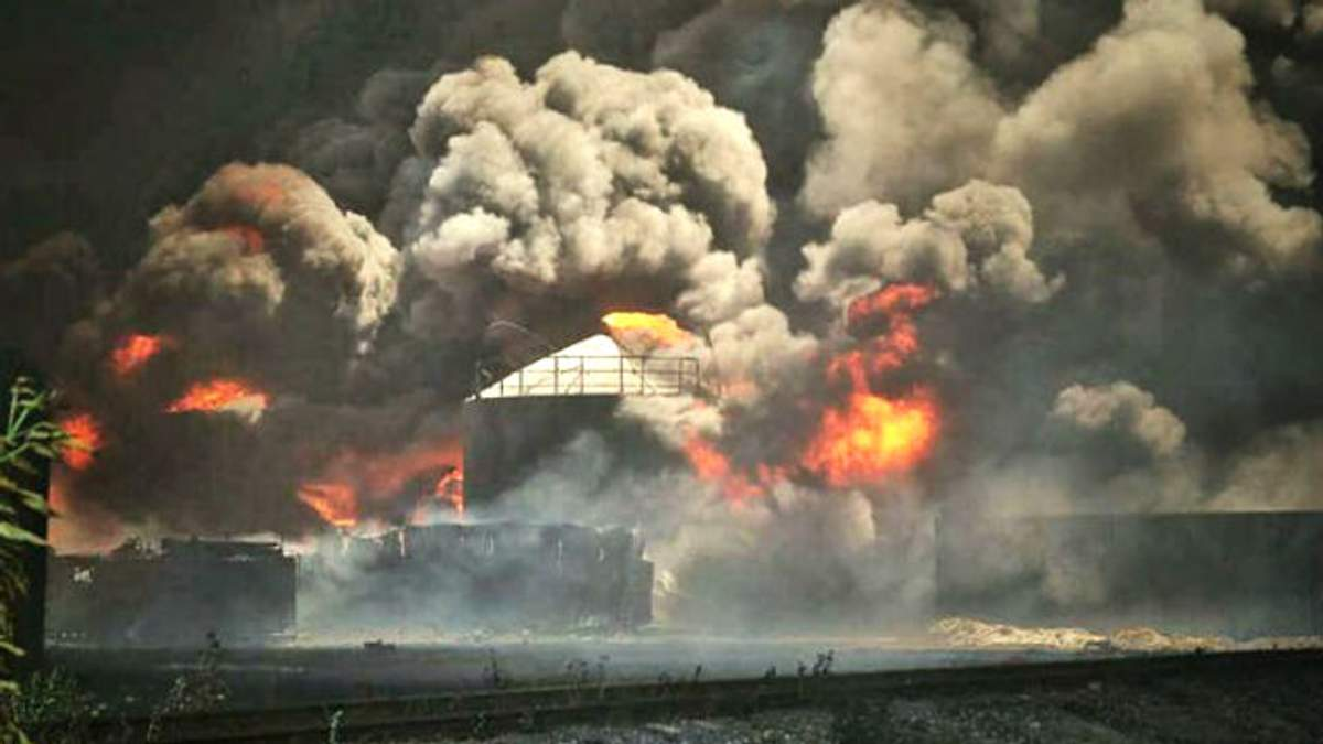 На пожаре под Киевом еще один взрыв — неумолимое пламя не ослабевает