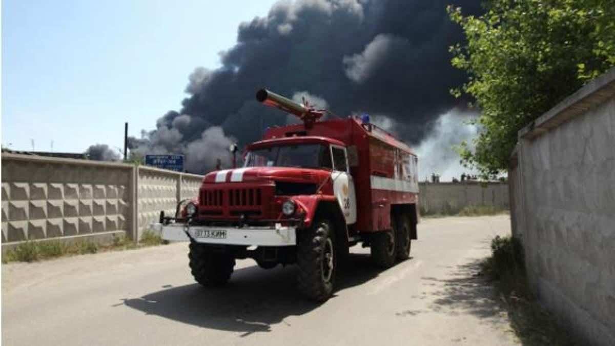 Пожежа під Києвом: рятувальники готові до нової пінної атаки
