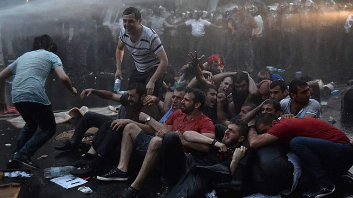 """ТОП-новини: у Вірменії — """"Майдан"""", в Україні — проблеми з міністром екології"""