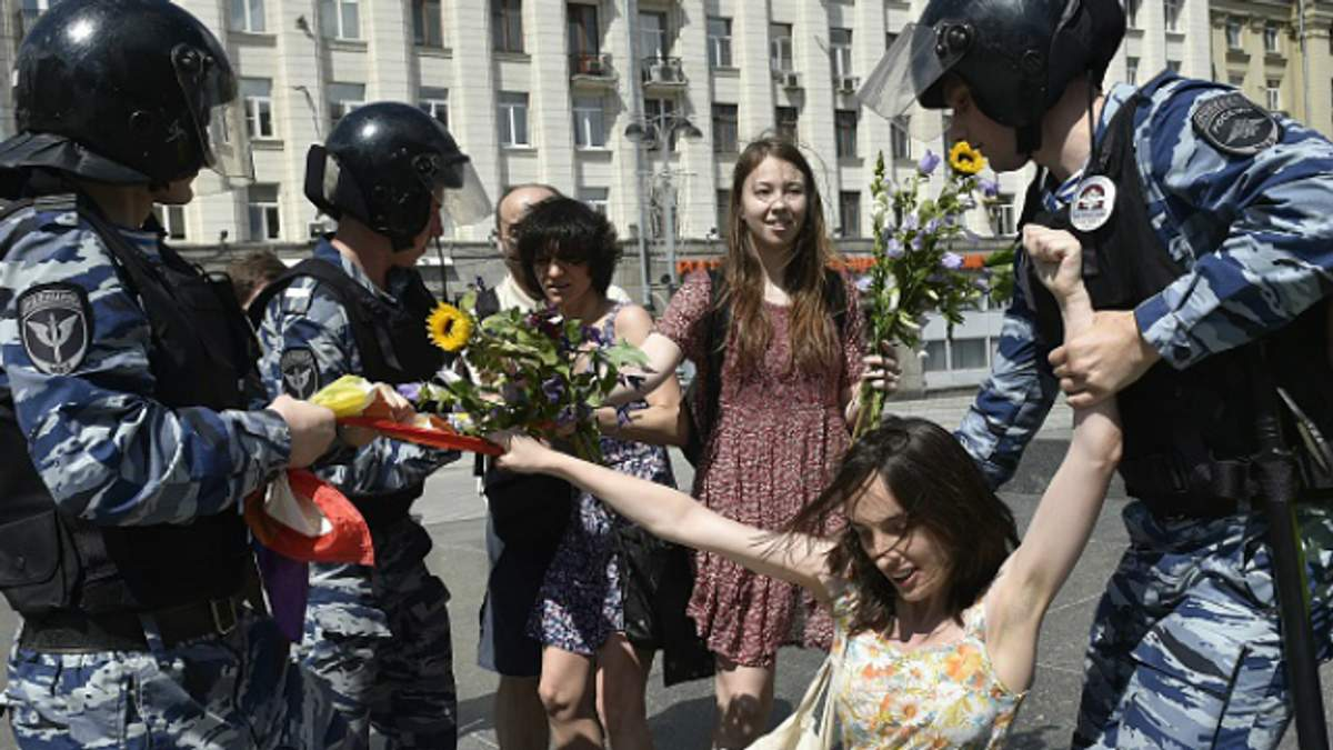 В России разрешат полиции носить оружие и стрелять в женщин