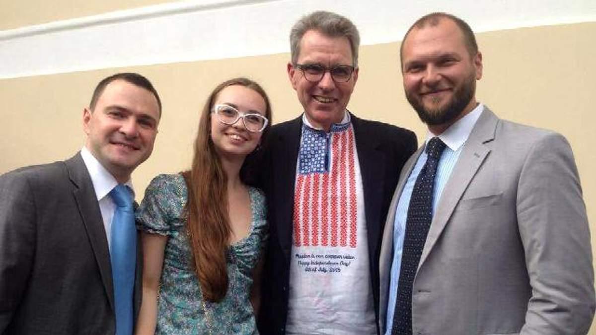 Вишиванку з американським стягом подарували послу США в Україні