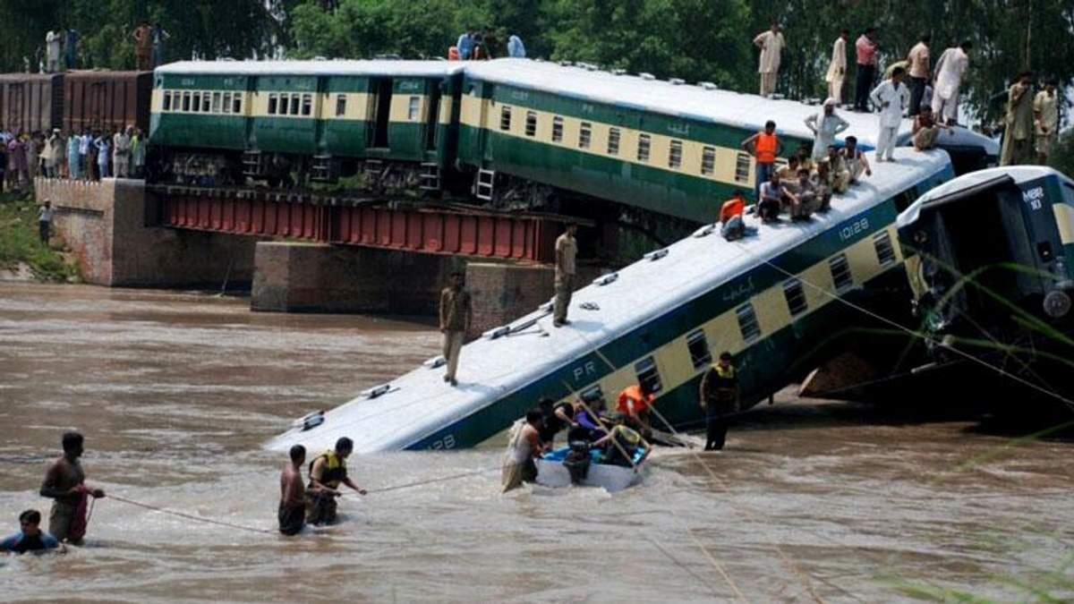 У Пакистані поїзд з військовими втопився у річці, є жертви