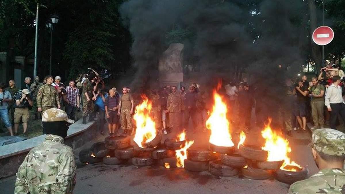 На Грушевського запалили шини