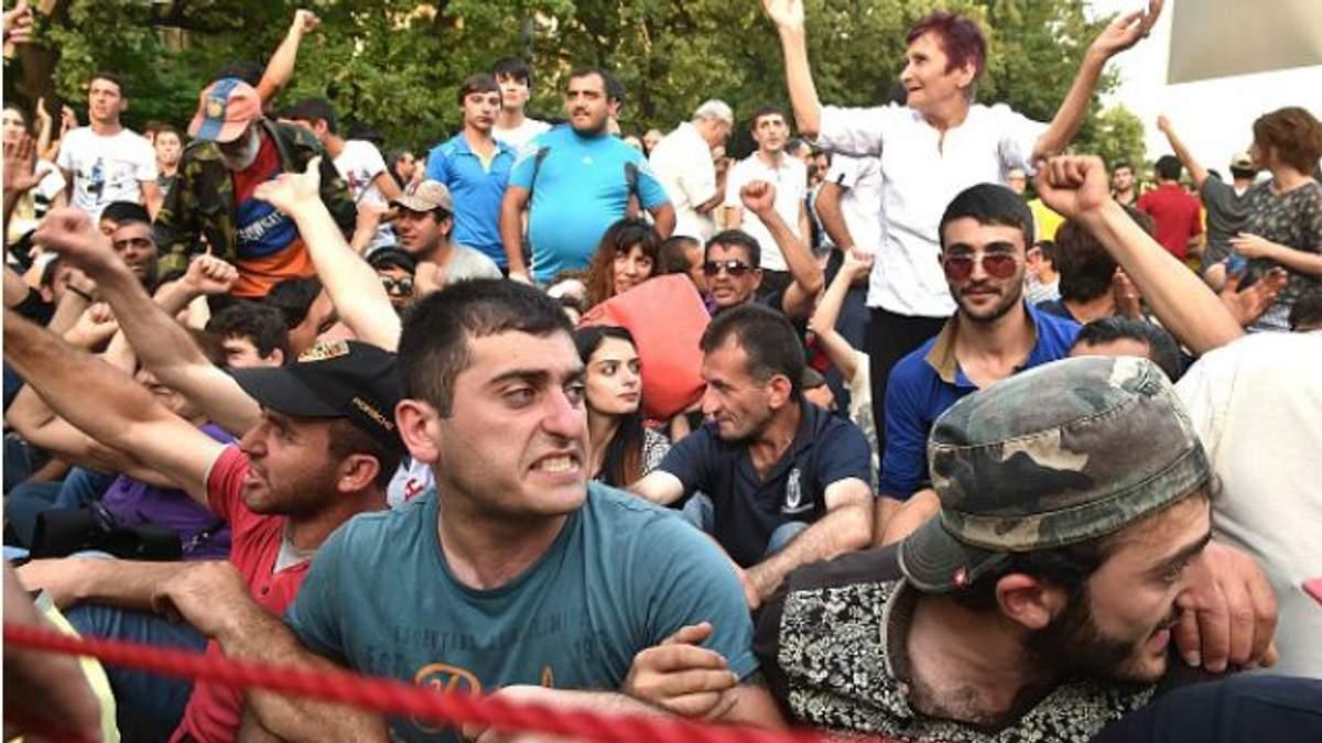 """У Єревані поліцейські зачистили """"Майдан"""""""