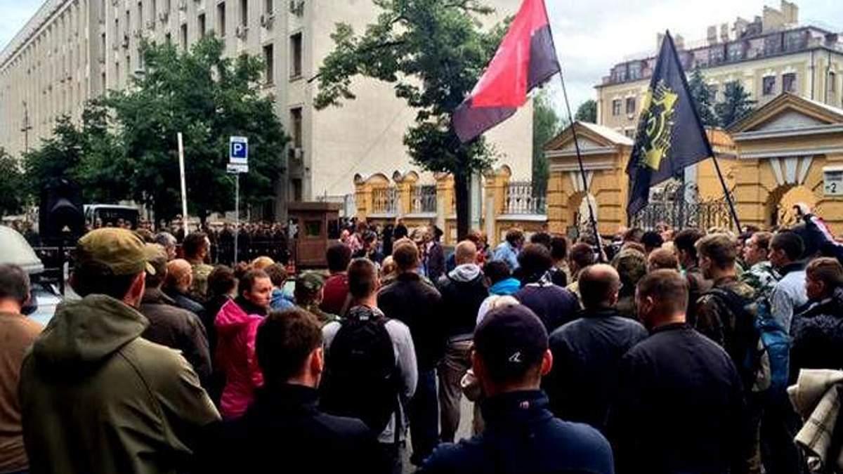 """Люди з прапорами """"Правого сектора"""" збираються під Адміністрацією Президента"""