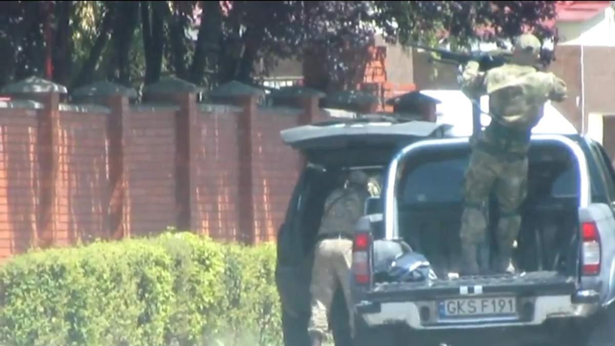 В мережі з'явилось відео прибуття міліції на місце конфлікту у Мукачевому