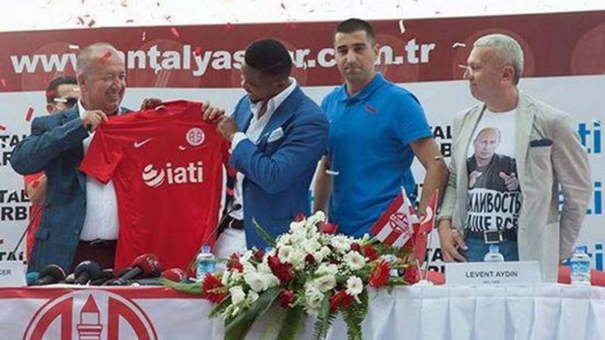 Почесний консул України в Туреччині з'явився на публіці з Путіним на футболці